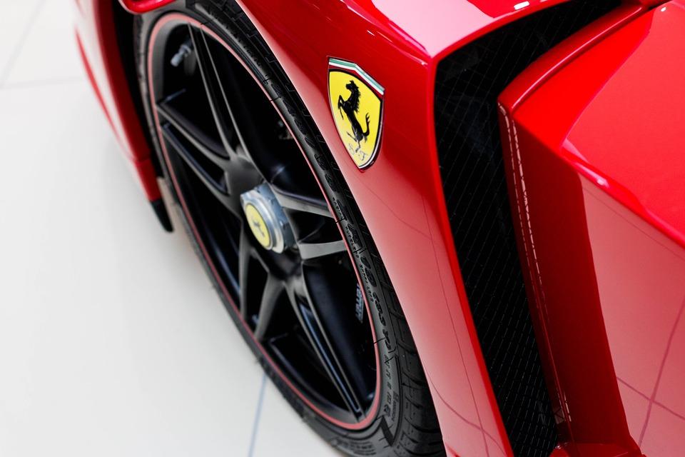 comprare azioni Ferrari previsioni e analisi